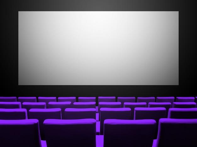 보라색 벨벳 좌석과 빈 흰색 화면이있는 시네마 영화관. 공간 배경 복사