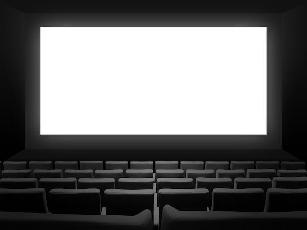 Кинотеатр с бархатными сиденьями и пустым белым экраном. скопируйте космический фон