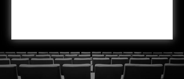 Кинотеатр с бархатными сиденьями и пустым белым экраном.