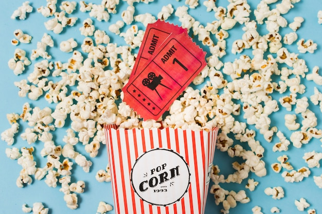 Билеты в кино и попкорн