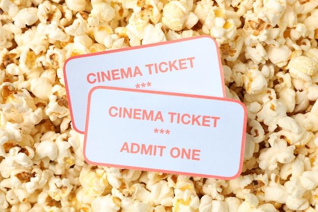 ポップコーンの背景に映画のチケット