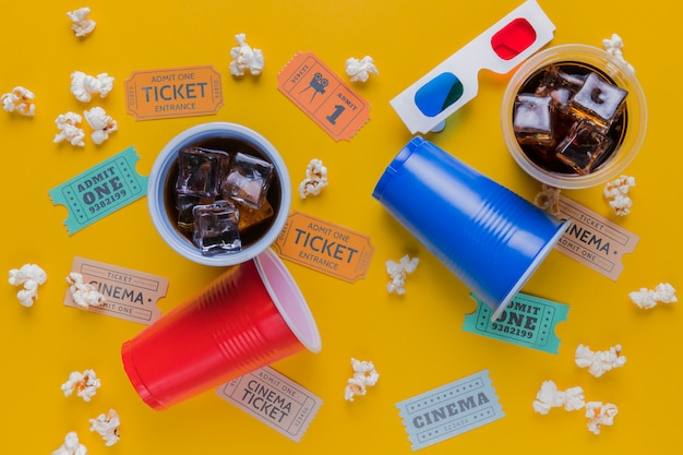 Biglietti del cinema con bevande e popcorn