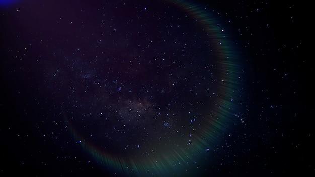 은하계와 조명 효과에 구름과 별이 있는 영화 배경