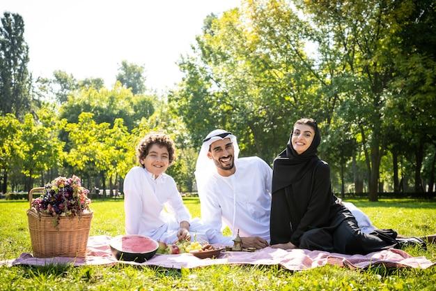 공원에서 시간을 보내는 토후국 가족의 영화적 이미지