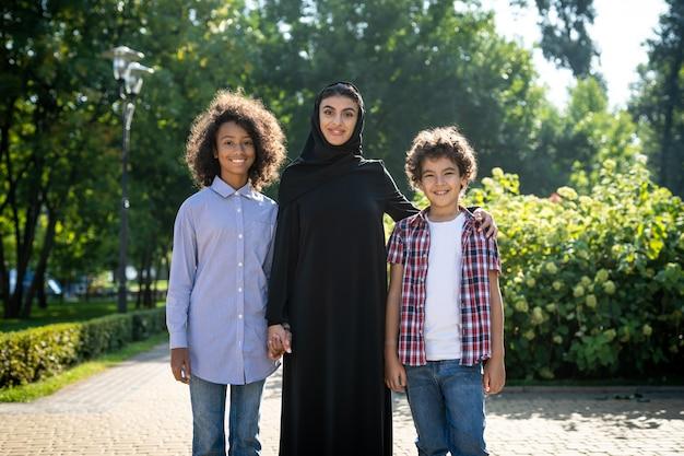 두바이 놀이터에서 노는 가족의 영화 이미지