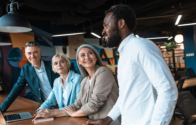 현대적인 사무실에서 함께 일하는 다민족 비즈니스 팀 직원의 영화적 이미지