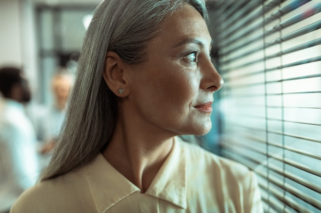 현대적인 사무실에서 함께 일하는 다민족 비즈니스 팀 직원의 영화적 이미지 프리미엄 사진