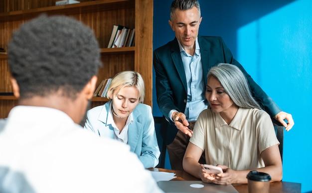 다민족 비즈니스 팀의 영화 같은 이미지 프리미엄 사진
