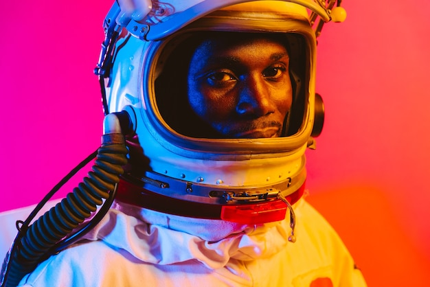 Кинематографическое изображение космонавта красочный портрет человека в скафандре.