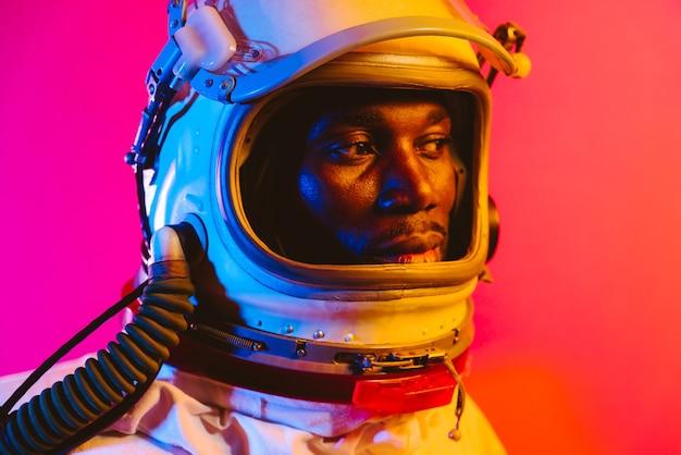 宇宙飛行士の映画のような画像宇宙服を着た男のカラフルな肖像画
