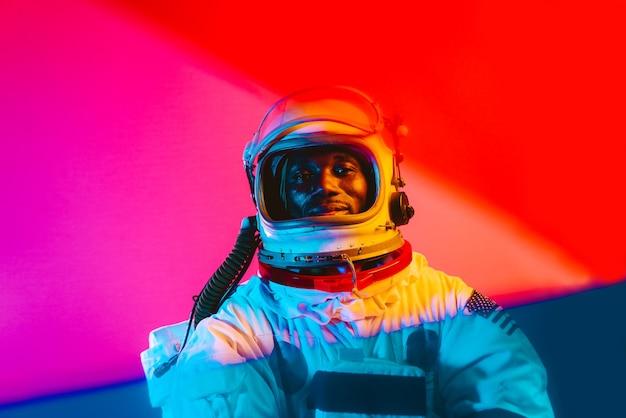 우주 비행사의 영화적 이미지 우주복을 입은 남자의 화려한 초상화