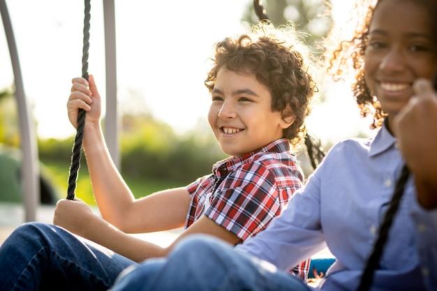 遊び場で遊んでいる子供たちの映画のようなイメージ