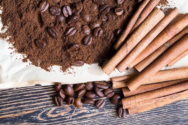계피와 향기로운 커피 원두