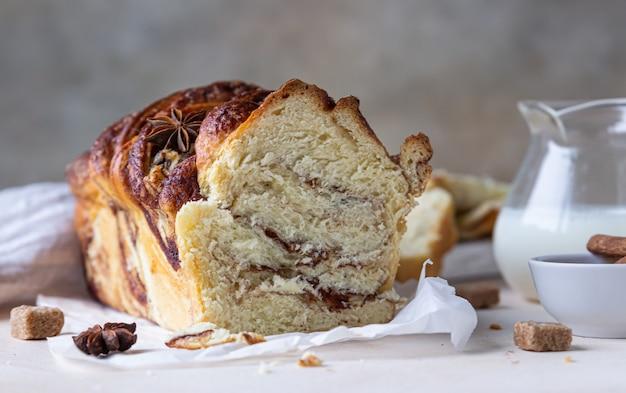 Бабка с корицей и коричневым сахаром или булочки с молоком