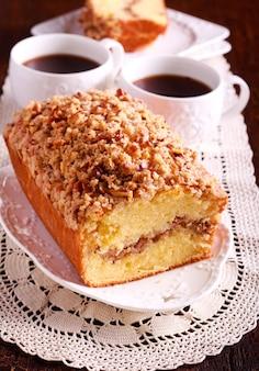 Кофейный торт с корицей и орехами, на тарелке