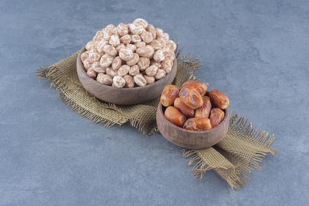 계피 사탕과 날짜 과일, 대리석 배경.