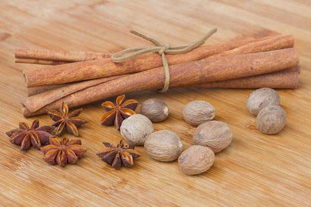 Корица, мускатный орех и анис крупным планом на деревянном столе