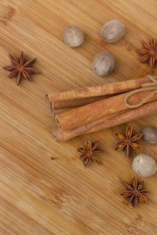 Корица, мускатный орех и анис заделывают на деревянном столе