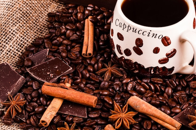 Cannella e altre specie si trovano sui chicchi di caffè prima di una tazza