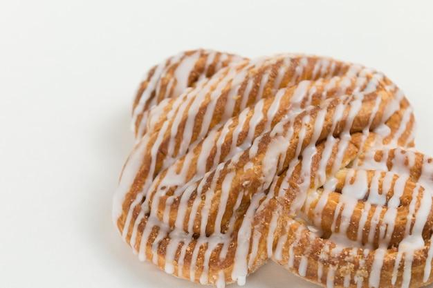 白い背景の上のシナモンロールまたはシナモンパンのデザート古典的なアメリカまたはフランスのパン屋