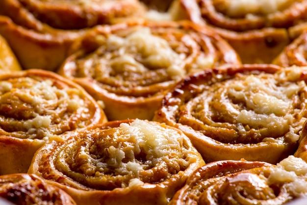 Булочки с корицей и сыром запечены и готовы к употреблению. типичный десерт golfeados в венесуэле.