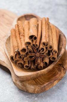 素朴な木製のテーブルにシナモンスティック