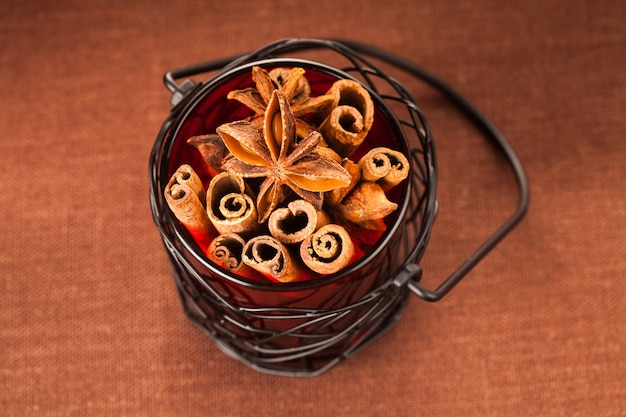 냄비에 계피 스틱과 아니스 별. 휴일을 위한 향신료 장식