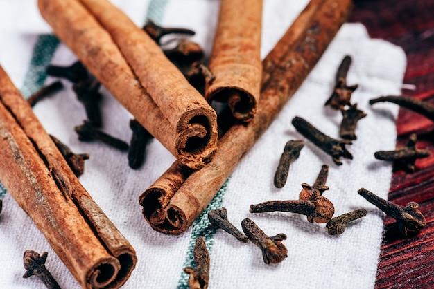 Палочки корицы и гвоздики на ткани