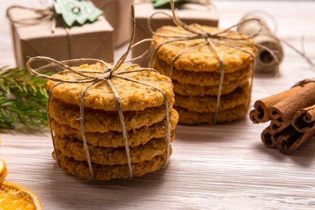 シナモンスティックとクッキー、クリスマスのコンセプト
