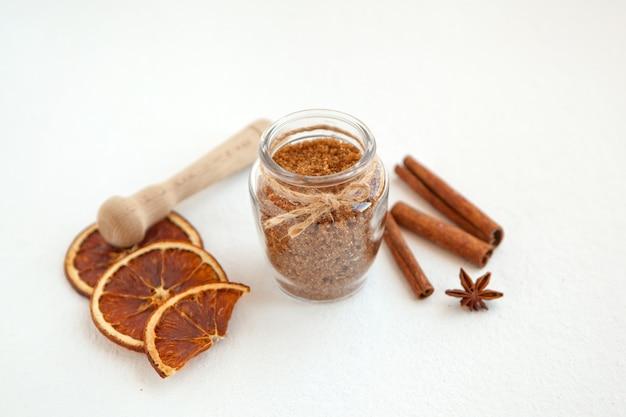 요리를 위한 갈색 설탕 베이킹 재료에 계피 스틱과 스타 아니스