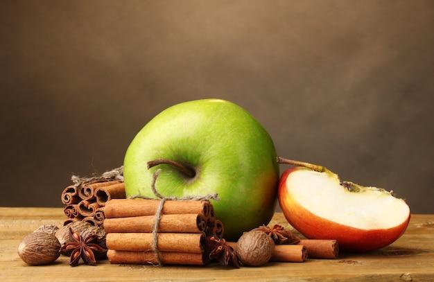 계피 스틱, 사과 육두구, 아니스 나무 테이블에