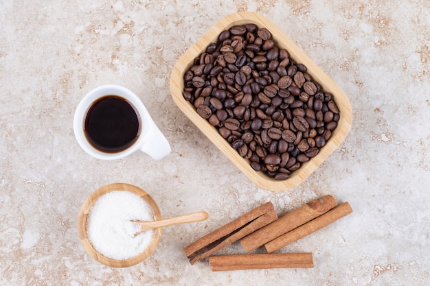 계피 스틱, 커피 원두, 설탕 및 커피 한 잔