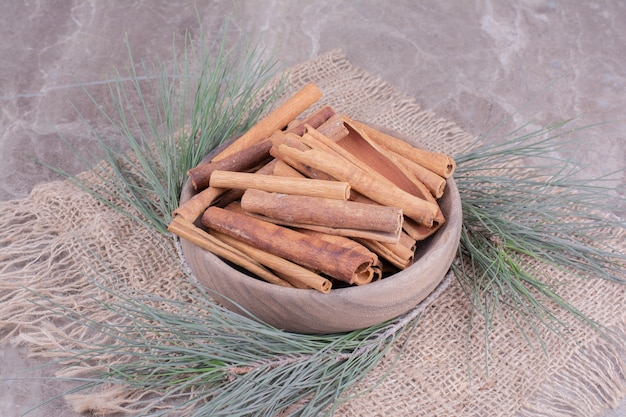 シナモンは樫の木の枝が周りにある木製のカップに固執します
