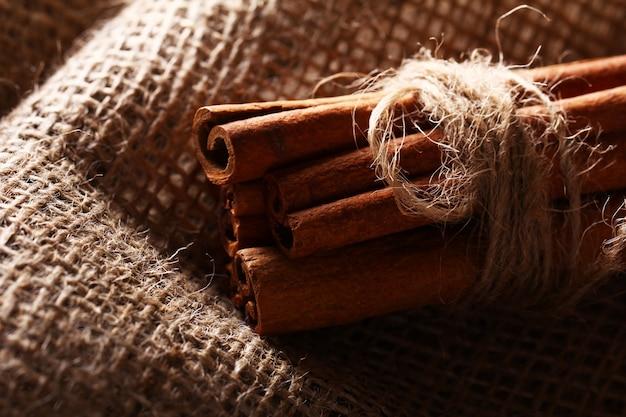 Палочки корицы на ткани мешка