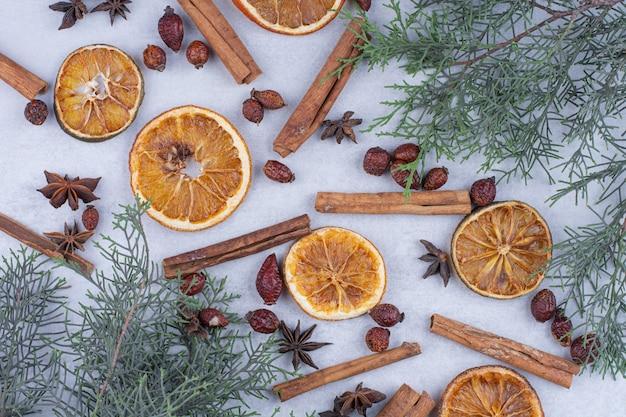 표면에 계피 스틱, 로즈힙 및 말린 오렌지 슬라이스.