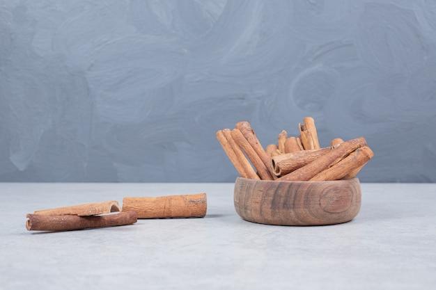 Bastoncini di cannella su sfondo bianco. foto di alta qualità