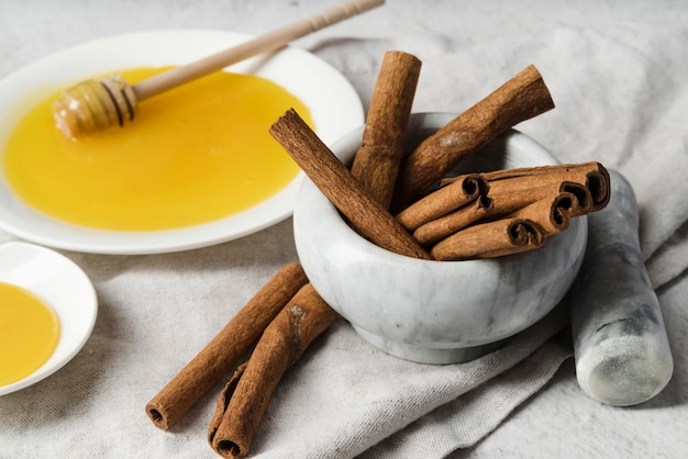 Bastoncini di cannella con miele e mestolo di miele
