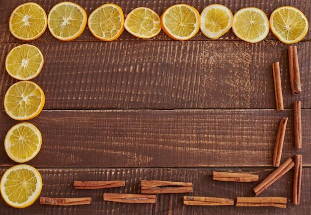 Bastoncini di cannella con fettine di limone