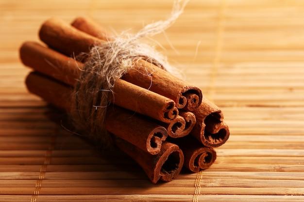 Bastoncini di cannella sul tappeto di legno