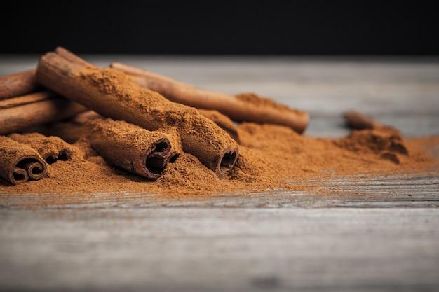 Cinnamon sticks on wooden.