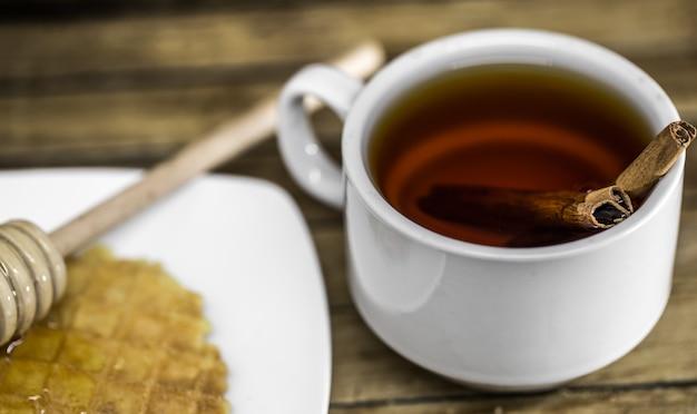 Tè alla cannella con mestolo di miele