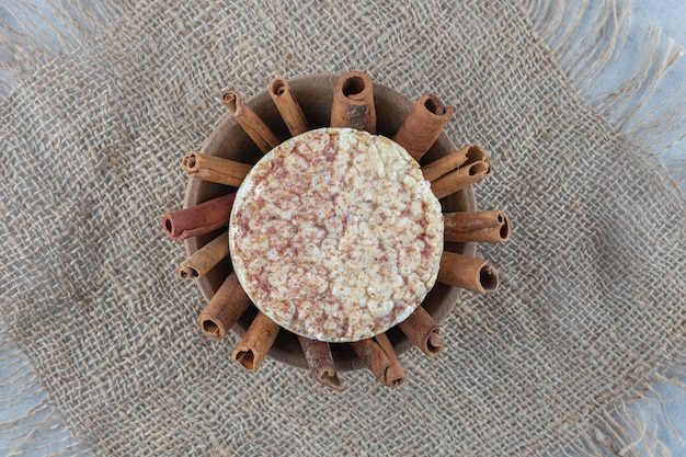 大理石のボウルにシナモン餅。