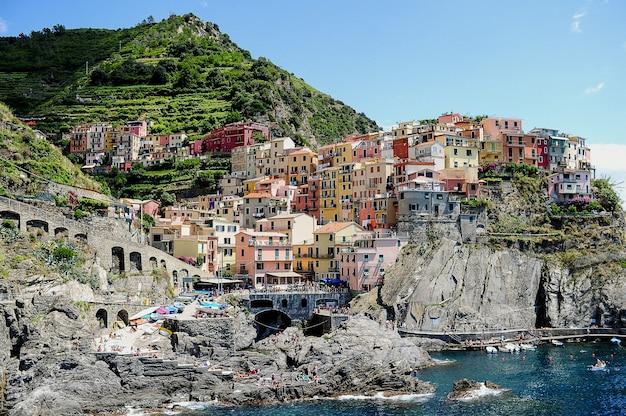 Parco nazionale delle cinque terre circondato dal mare sotto la luce del sole in italia