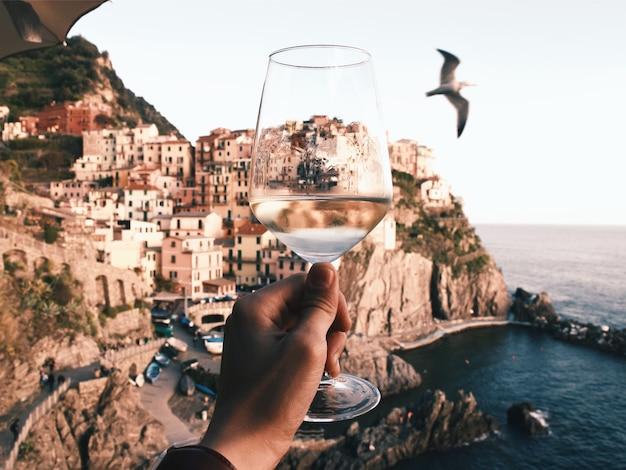 Чинкве-терре с бокалом вина