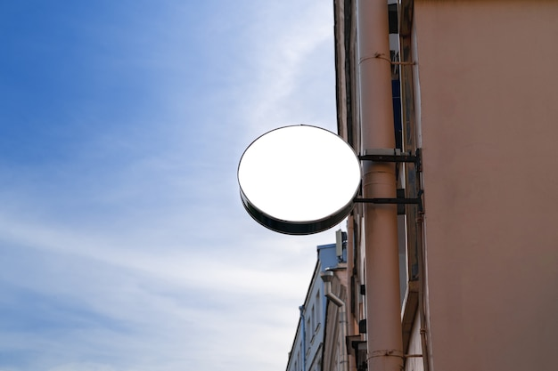Рекламный щит круга с белым изолированным пространством для рекламы и плакатов на городской улице.