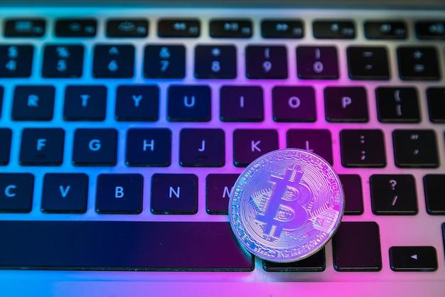 Обведите биткойн-монету над кнопками на клавиатуре компьютера.