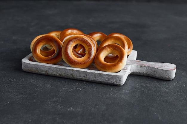 Circonda i biscotti in un vassoio di legno bianco al centro.