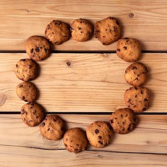 Круглая рамка печенья на деревянном столе