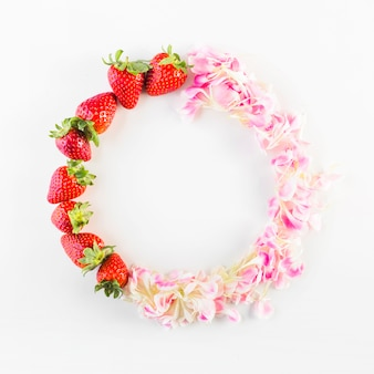 Circle from strawberries and petals