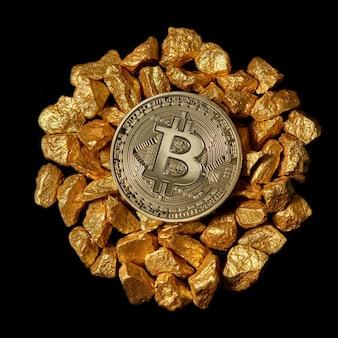 Круг от холма золотых самородков и сверху золотая монета биткойн. биткойн так же желателен, как и концепция цифрового золота. криптовалюта биткойн.